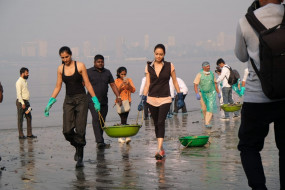 माहिम बीच के सफाई अभियान में जुटे दीया मिर्जा, मृणाल ठाकुर