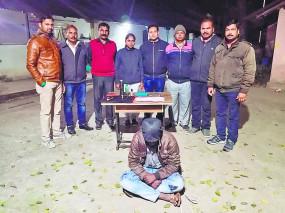 कार का कांच फोड़कर लैपटॉप और आयपैड चुराने वाला दिल्ली का चोर पकड़ाया