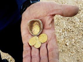 इजरायल में खुदाई के दौरान 1200 साल पुरानी सोने के सिक्के से भरी गुल्लक मिली