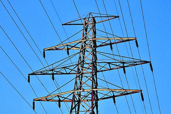 शहर में फैला है विद्युत तारों का जाल, फंसी पतंग या मांजा न निकालना हो सकता है खतरनाक