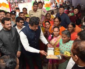 पहले दिन 11 हजार लोगों ने खाई 10 रूपए वाली थाली, नागपुर में खुले 7 केंद्र