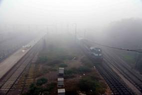 कोहरे और ठंड ने रोकी दिल्ली आने वाली 18 ट्रेनों की रफ्तार