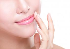 Lip Care: सर्दी में न खो जाएं होठों की नमी, रुटीन में शामिल करें ये चीजें