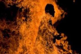 प्रेमिका ने प्रेमी को पेट्रोल डालकर जला दिया, लंबे समय से कर रहा था ब्लैकमेल