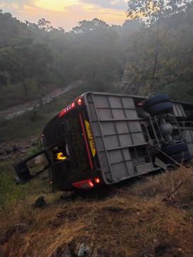 तेज रफ्तार बस अनियंत्रित होकर खाई में गिरी, 40 यात्री घायल
