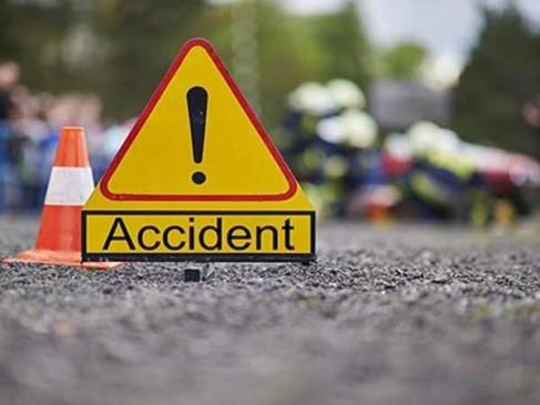 डम्पर से टकराई तेज रफ्तार कार, चालक की मौत
