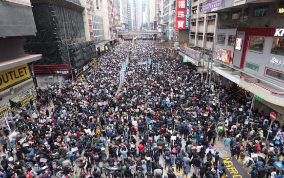 हांगकांग: लोकतंत्र समर्थकों ने निकाला विरोध मार्च, लगाया सड़कों पर जाम