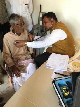 गांव विस्थापित करने गए आईएएस हुए द्रवित, खुद शुरू कर दिया ग्रामीणों का उपचार