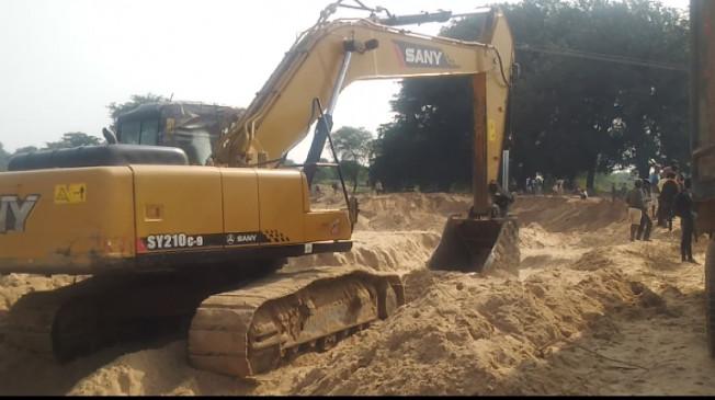 अफसरों ने नहीं सुनी तो अवैध रेत खदान पर ग्रामीणों ने बोला धावा