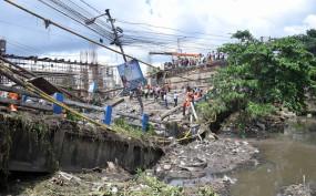 इंडोनेशिया : बाढ़ में पुल ढहा, 7 मरे
