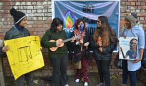 जेएनयू छात्रों का प्रदर्शन, कुछ राहगीरों ने लगाए जेएनयू मुदार्बाद के नारे