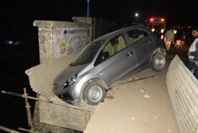 बड़ा हादसा टला- ऑटो से टकराकर अनियंत्रित कार ओवर ब्रिज में लटकी