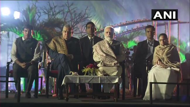 कोलकाता: पीएम मोदी से दिन में दो बार मिलीं ममता, मुलाकात के बाद CAA विरोध में धरने में बैठीं