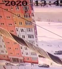 करिश्मा: 90 फीट की ऊंचाई से गिरी महिला, फिर भी उठकर चल पड़ी, वीडियो वायरल