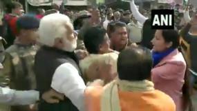 बदसलूकी: CAA के समर्थन में भाजपा की रैली, महिला डिप्टी कलेक्टर के बाल खींचे
