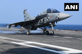 नौसेना: जंगी जहाज पर पहली बार उतरा स्वदेशी लड़ाकू विमान, तेजस ने आईएनएस विक्रमादित्य पर की लैंडिंग