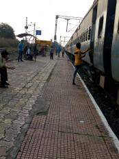 नॉरमल रेल ट्रैफिक ब्लॉक- मुंबई लाइन पर अटकी ट्रेनें, यात्री हुए परेशान