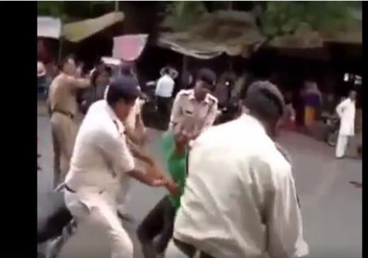 Fake News: क्या पत्थरबाजी के कारण पुलिस ने सरेआम युवकों को पीटा?
