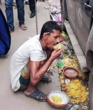 Fake News: क्या सड़क पर बचा हुआ खाना खा रहा ये व्यक्ति यूपी का है ?