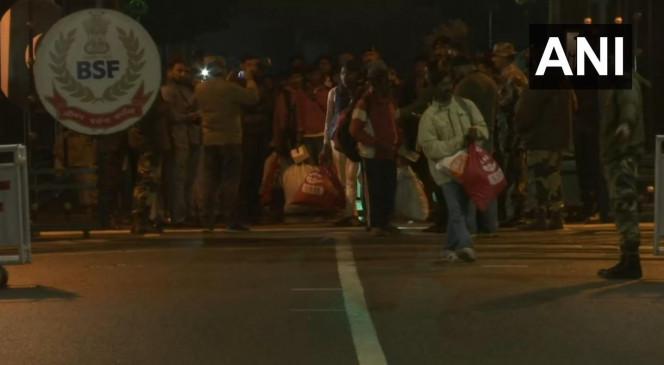 पंजाब: अटारी वाघा बॉर्डर पर भारत को पाकिस्तान ने सौंपे 20मछुआरे, रविवार को हुए थे रिहा