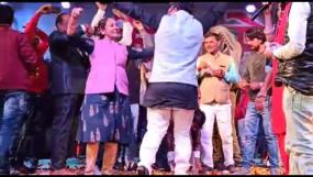 चकेरी मेला महोत्सव में अपने पति के साथ नाचीं विधायक रामबाई - लोगों ने उड़ाए नोट