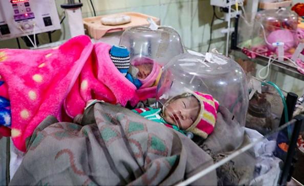 बेशर्मी का कोटा: 34 दिन में 106 बच्चों की मौत, सुविधाएं तो दूर अस्पताल में बिजली तक नहीं