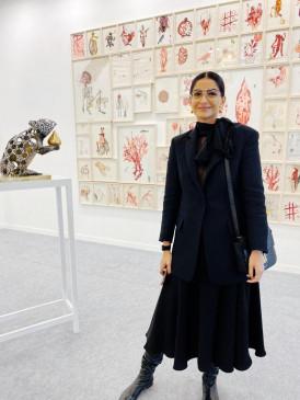 सोनम कपूर ने किया भारत कला मेला का दौरा
