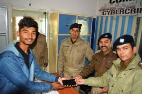 हैरतंगेज : उत्तराखंड पुलिस घर से बुलाकर बांट रही करोड़ों के मोबाइल फोन
