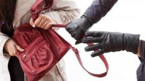 चलते वाहन पर पत्थर मारकर महिला प्रबंधक से पर्स छीना, घातक शस्त्र रखने वाले को भी दबोचा