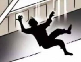 Suicide: माता-पिता देखते रह गए और बेटे ने छत से लगा दी छलांग