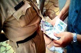दो पुलिसवाले समेत तीन आरोपी रिश्वत लेते गिरफ्तार