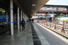 कोहरे के चलते देर से पहुंच रहीं दिल्ली आने वाली ट्रेनें