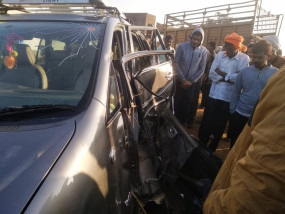 इनोवा वाहन को टक्कर मारने के बाद सब्जी से भरा मिनी ट्रक लोगों पर पलटा, तीन की मौत