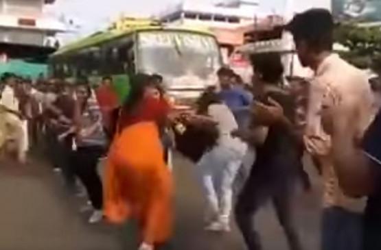 Fake News: सीएए के खिलाफ प्रदर्शन कर रही लड़की को मां ने जड़ा थप्पड़?
