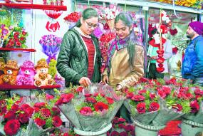 वैलेंटाइन वीक : हर दिन कुछ इजहार ,फूलों से बाजार गुलजार