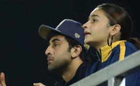 VIDEO VIRAL: रणबीर संग फुटबॉल मैच देखने पहुंची आलिया, इस टीम को कर रहे थे सपोर्ट