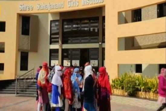 क्राइम: गुजरात के भुज में गर्ल्स हॉस्टल में प्रिसिंपल ने 68 लड़कियों के उतरवाए कपड़े, केस दर्ज