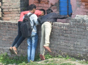बिहार: परीक्षा में 10वीं छात्रों को परिजनों ने दी नकल पर्चियां, केंद्रों पर पुलिस तैनात