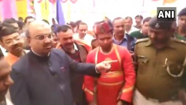 बिहार: पुलिसकर्मी ने पहचाना नहीं तो स्वास्थ्य मंत्री मंगल पांडे बोले - सस्पेंड करें इसे