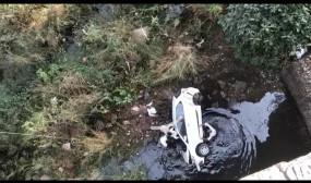 पुल से नीचे गिरी कार, दो की मौत एक गंभीर रूप से घायल
