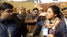 Delhi Election 2020: अलका लांबा ने पोलिंग बूथ पर AAP कार्यकर्ता को मारा चांटा