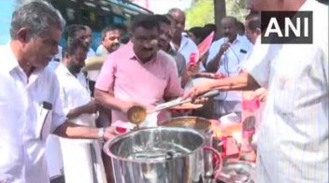 केरल: कांग्रेस कार्यकर्ताओं ने पुलिस स्टेशन के सामने बांटी बीफ करी, सीएम पिनराई पर लगाए गंभीर आरोप