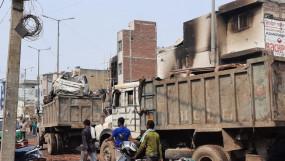 उत्तर-पूर्वी दिल्ली के हिंसाग्रस्त इलाकों के मलबों की क्रेन से सफाई