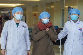 चीन में नागरिकों को मास्क लगाने के लिए कह रहे ड्रोन