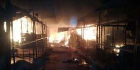 सब्जी मंडी में भयंकर आग - १ की मौत , दर्जन भर दुकानें स्वाहा