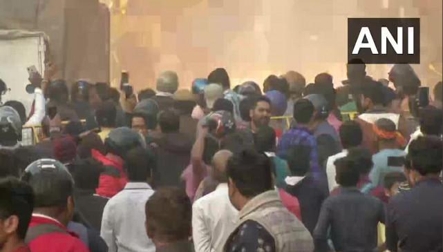 दिल्ली: जाफराबाद के पास CAA को लेकर दो पक्षों में भिड़ंत, पुलिस ने दागे आंसू गैस के गोले