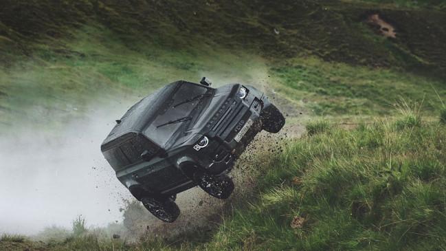 ऑटो: Land Rover Defender ने दिखाई अपनी पावर, 'No Time To Die' में किए खतरनाक स्टंट