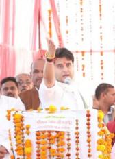 नेता कुर्सी से बड़े खुश हो जाते हैं, मैं नेता नहीं जनसेवक हूं : सिंधिया