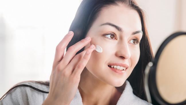 Beauty: सर्दियों में ऐसे दूर करें स्किन का रुखापन, नेचुरल मॉइश्चराइजर का करें उपयोग