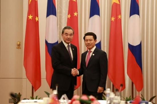 वांग यी और लाओस के विदेश मंत्री सेलुमेक्साय कोमासिथ के बीच वार्ता